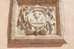 Escut del Patriarca col·locat a la façana del castell d'Alfara