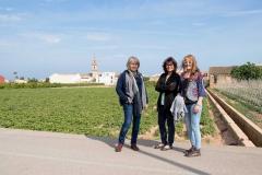 Les germanes Monzó passegen per l'horta de Bonrepòs i Mirambell
